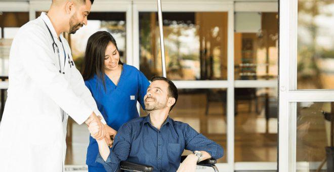 bemanningsläkare-sjukvården-läkare-undersköterska-patient